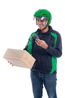 Mannelijke bezorgkoerier scannen streepjescode op het pakket