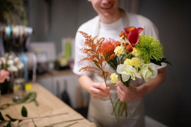 Mannelijke bloemist maakt een mooi boeket