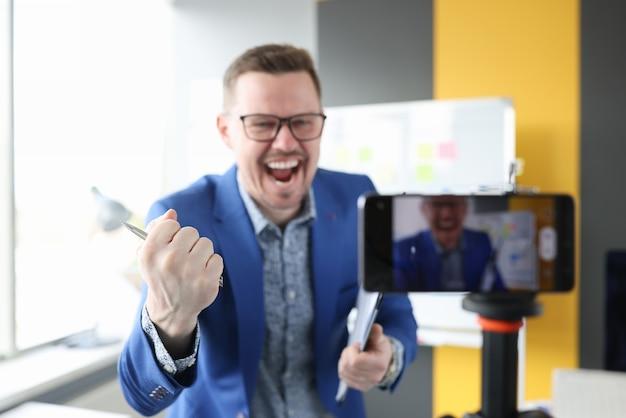 Mannelijke blogger vertelt emotioneel interessante succesvolle inhoud over camera-onderwijs op afstand