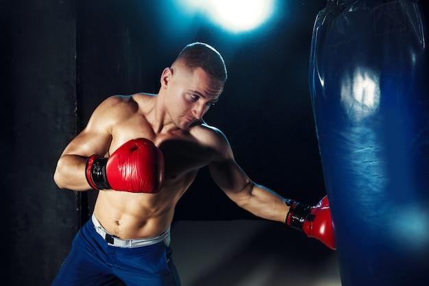 Mannelijke bokser boksen in bokszak