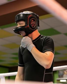 Mannelijke bokser met handschoenen en helm