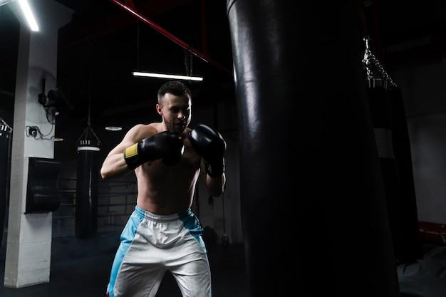 Mannelijke bokser training voor een nieuwe wedstrijd