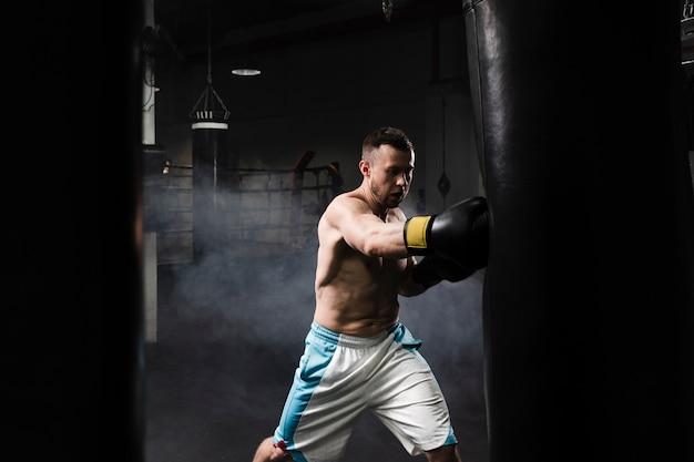 Mannelijke bokser training voor een wedstrijd