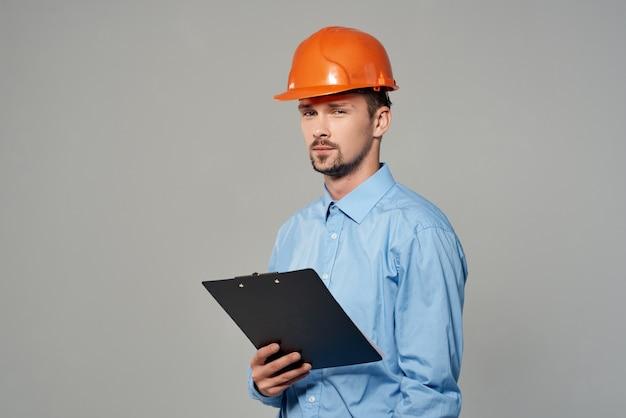 Mannelijke bouwer in een blauw shirt emoties professionele studio poseren