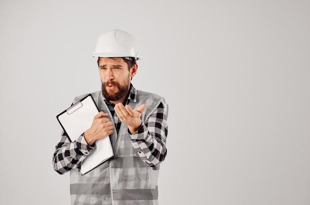 Mannelijke bouwer met documenten en tekeningen blauwdrukken lichte achtergrond