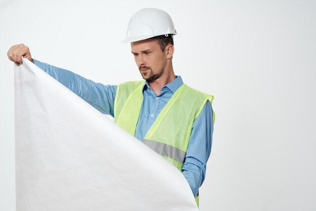 Mannelijke bouwer tekeningen in de hand bouw industrie lichte achtergrond