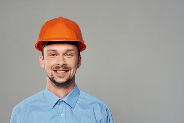 Mannelijke bouwers blauwdrukken bouwer lichte achtergrond