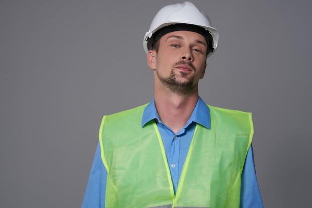 Mannelijke bouwers professionele baan geïsoleerde achtergrond. hoge kwaliteit foto