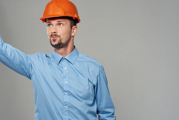 Mannelijke bouwers professionele baan lichte achtergrond