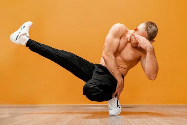 Mannelijke breakdance-uitvoering