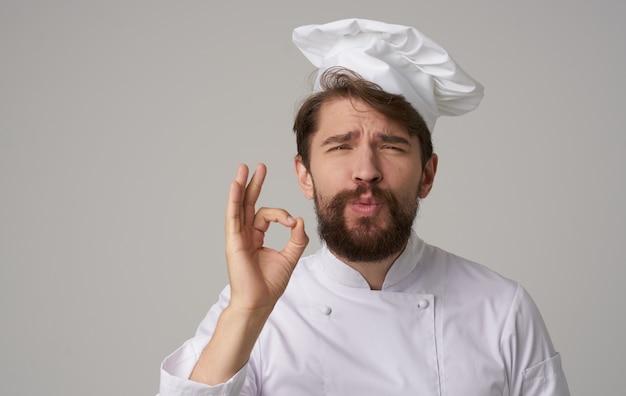 Mannelijke chef-kok cook caps emoties restaurant professioneel werk in de keuken.