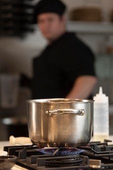 Mannelijke chef-kok in de keuken koken