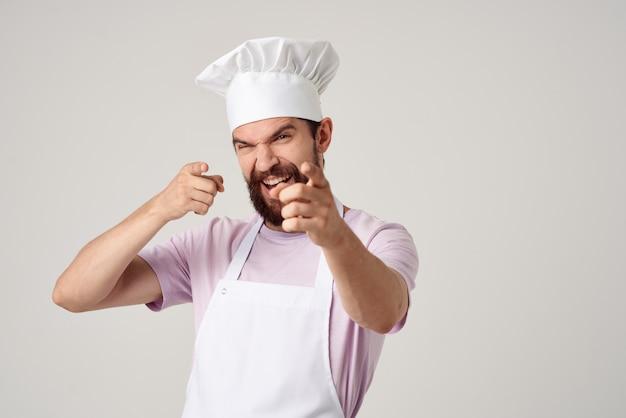 Mannelijke chef-kok met een hoed op zijn hoofd koken beroep job service
