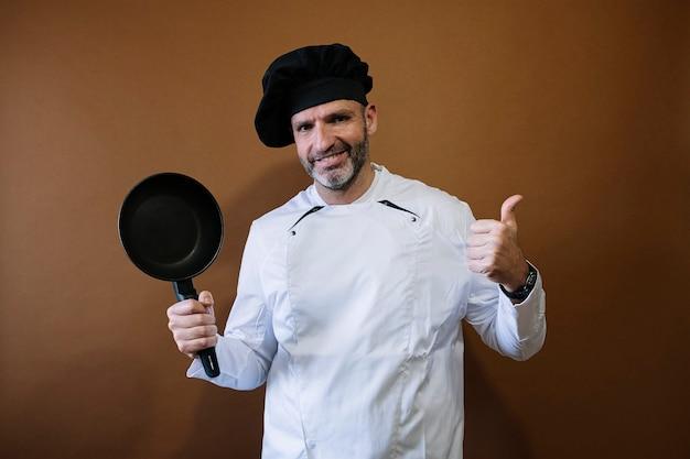 Mannelijke chef-kok met een koekenpan