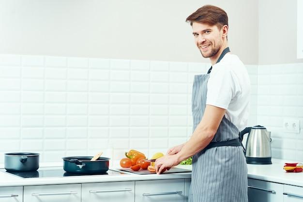 Mannelijke chef-kok met schort koken