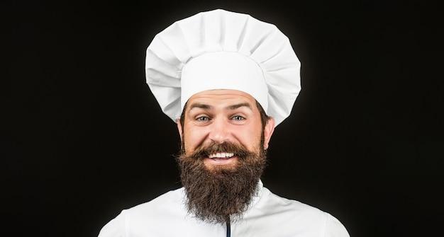 Mannelijke chef-koks geïsoleerd op zwart. grappige chef-kok met baardkok.