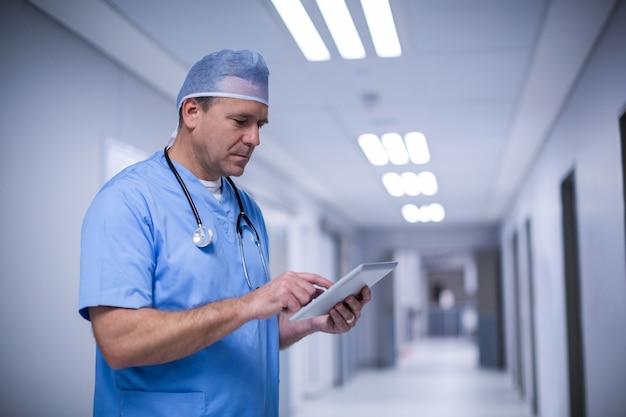 Mannelijke chirurg die digitale tablet gebruiken
