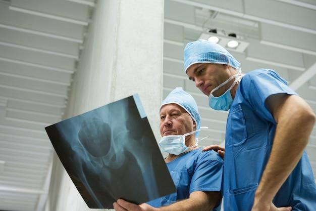 Mannelijke chirurgen die x-ray onderzoeken