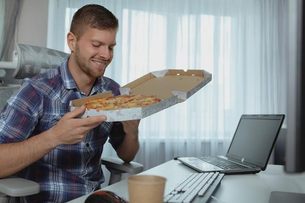Mannelijke computerprogrammeur die van huis werkt
