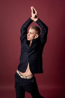 Mannelijke danser poseren in pak zonder shirt