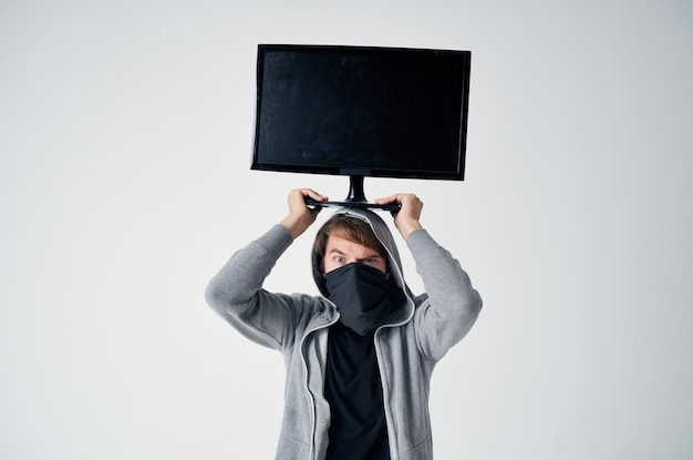 Mannelijke dief stealth techniek overval veiligheid hooligan lichte achtergrond. hoge kwaliteit foto