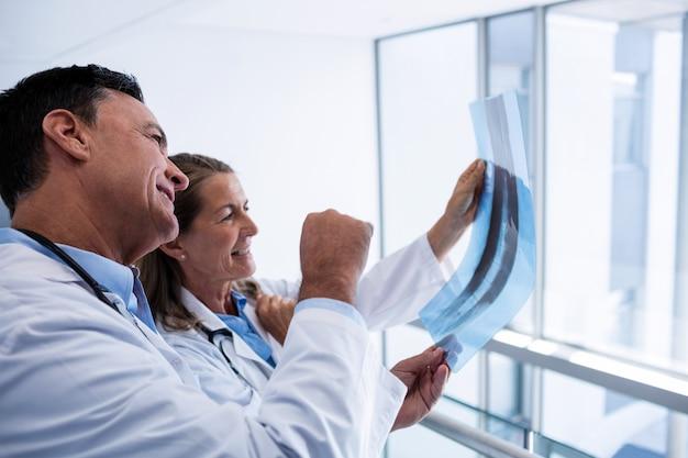 Mannelijke en vrouwelijke arts bespreken over x-ray rapport