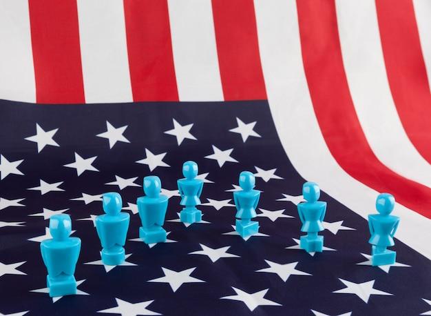 Mannelijke en vrouwelijke beeldjes op de vlag van de verenigde staten