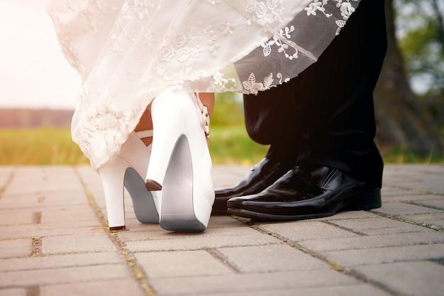 Mannelijke en vrouwelijke benen tijdens een date