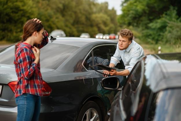 Mannelijke en vrouwelijke chauffeurs op de weg, auto-ongeluk. auto-ongeluk. kapotte auto of beschadigd voertuig, auto-botsing op snelweg