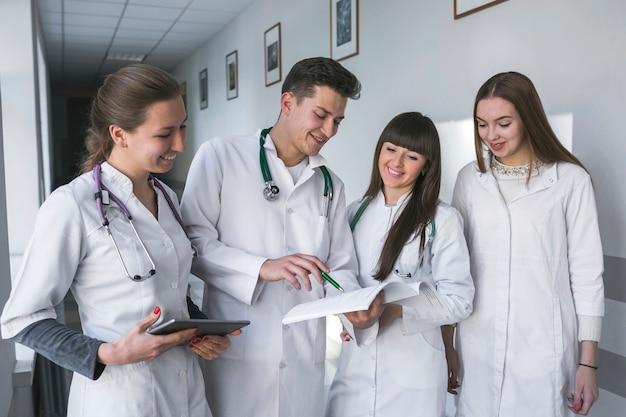 Mannelijke en vrouwelijke dokters met papieren