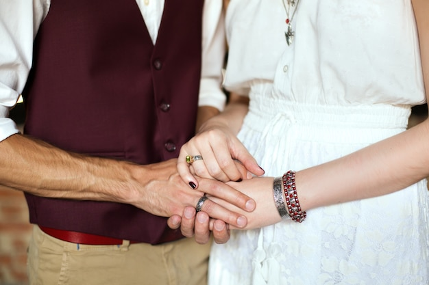 Mannelijke en vrouwelijke hand in hand