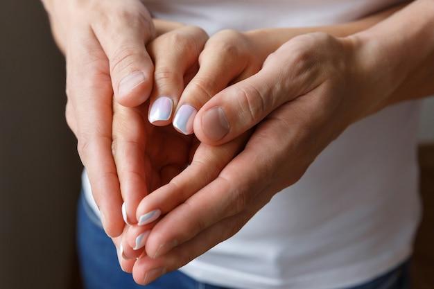 Mannelijke en vrouwelijke handen. concept van liefde en familie. gevoelens en relaties van man en vrouw
