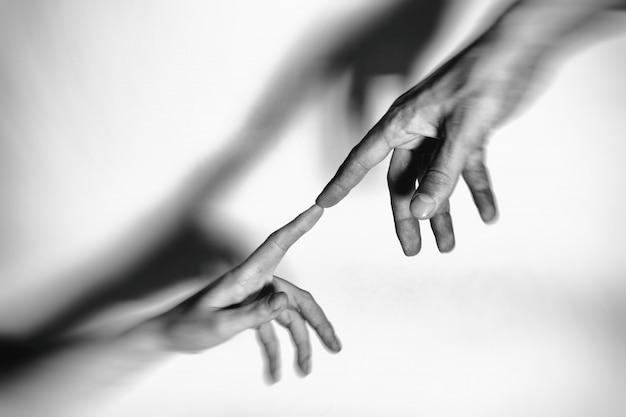 Mannelijke en vrouwelijke handen met elkaar verbonden en voor altijd. afgezwakt.