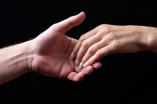 Mannelijke en vrouwelijke handen samen tonen emoties