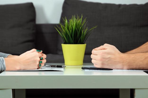 Mannelijke en vrouwelijke handen zijn tegenover elkaar gevouwen