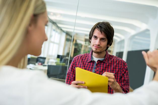 Mannelijke en vrouwelijke leidinggevenden met elkaar interacteren