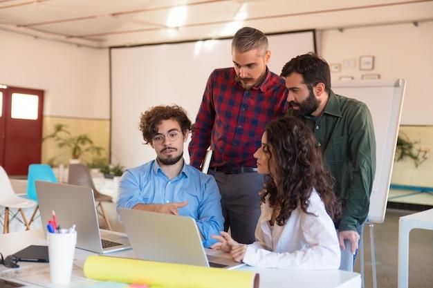 Mannelijke en vrouwelijke managers met laptop