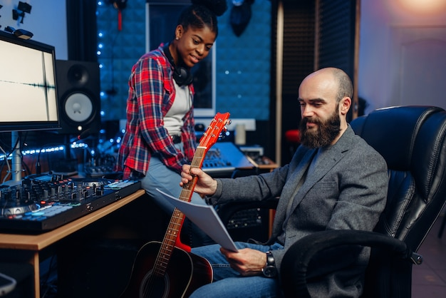 Mannelijke en vrouwelijke muzikanten, geluidsopnamestudio