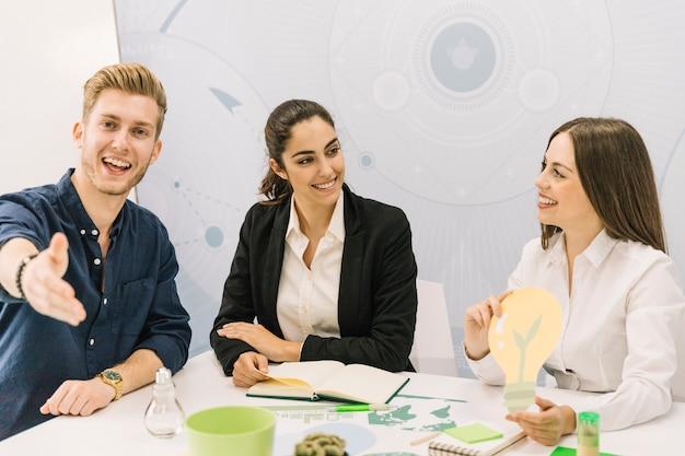 Mannelijke en vrouwelijke ondernemers met gloeilamp pictogram