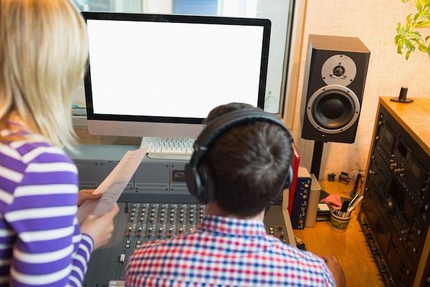 Mannelijke en vrouwelijke radio-hosts in de studio