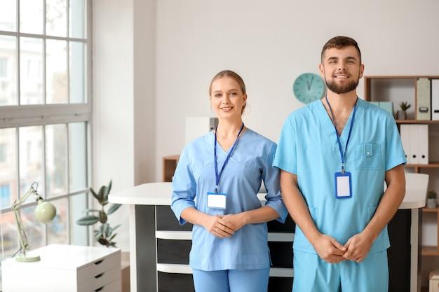 Mannelijke en vrouwelijke receptionisten in de kliniek