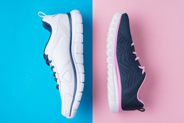 Mannelijke en vrouwelijke sportschoenen op roze en blauw