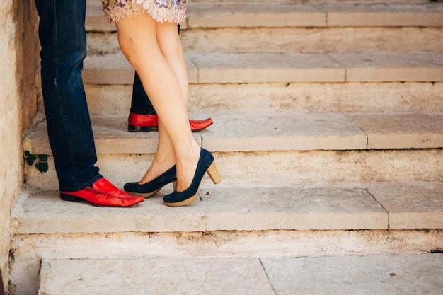 Mannelijke en vrouwelijke stellen verliefde voeten