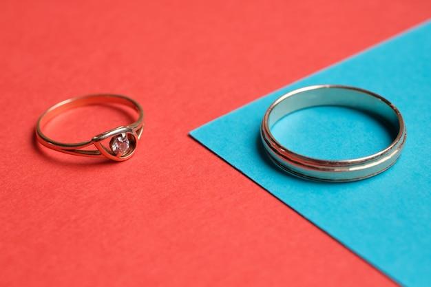 Mannelijke en vrouwelijke trouwringenclose-up