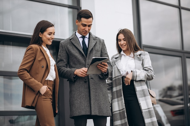 Mannelijke en vrouwelijke zakenmensen werken op tablet in office