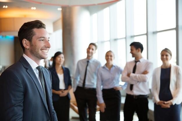 Mannelijke executive manager en business team