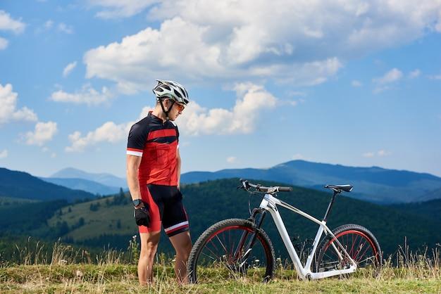 Mannelijke fietser op het platteland