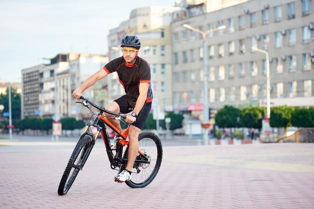 Mannelijke fietser poseren voor wielercampagne