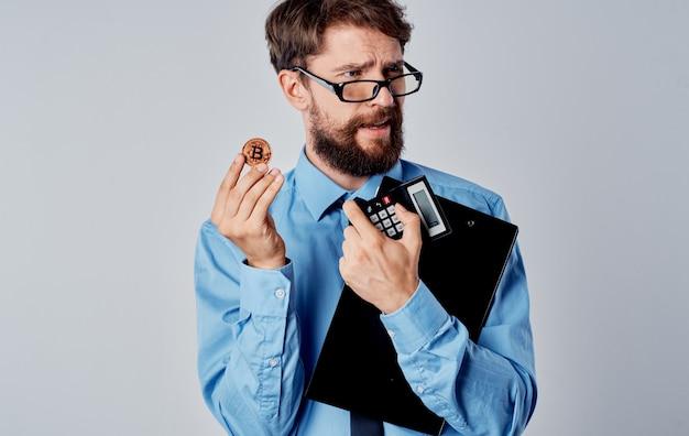 Mannelijke financier cryptocurrency-handel op de financiële uitwisseling van technologie