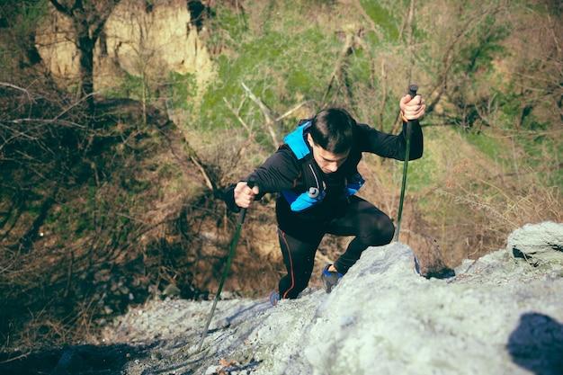 Mannelijke fit atleet buiten wandelen in de natuur.